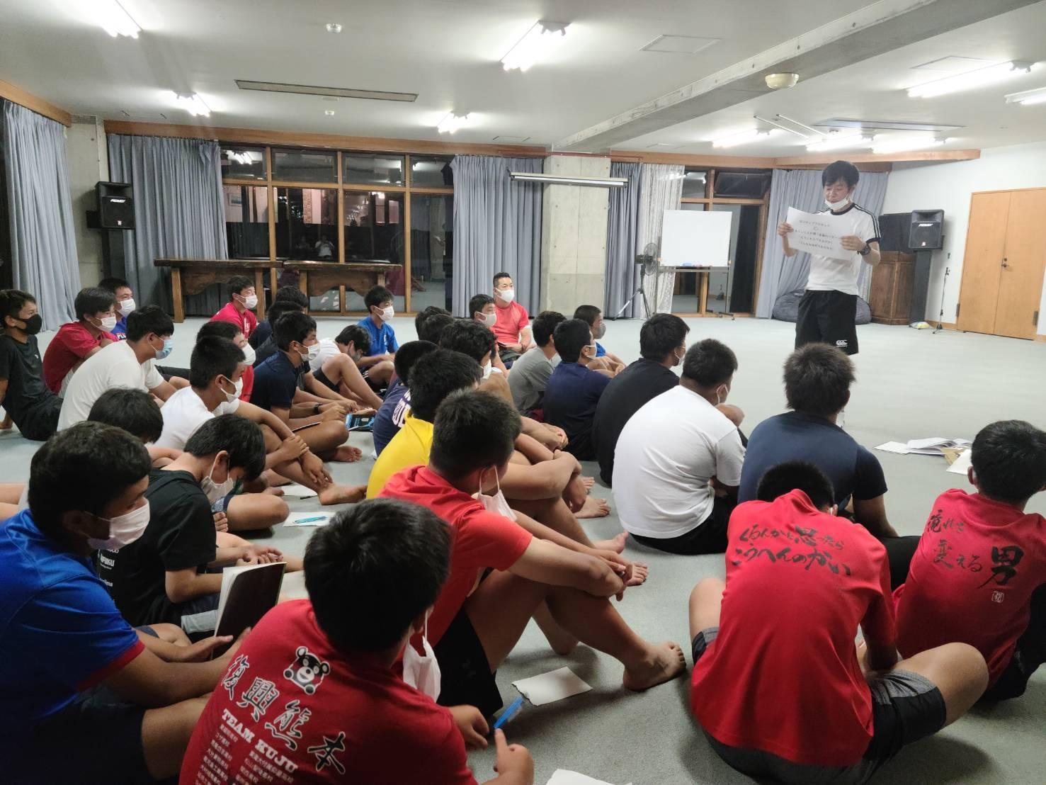 ラグビーアカデミー夏の菅平合宿で話をするスギヤスさん