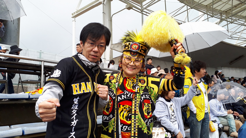 (名物阪神ファンのジミー純子さんと沖縄キャンプにて)