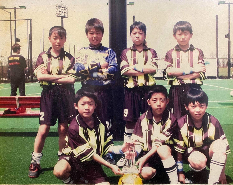 小学校時代、フットサルの大会で優勝した写真。後列左から2番目がユウキさん。