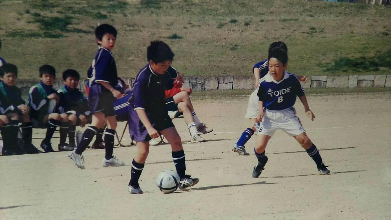 小学生の頃、サッカーに励む橋本さん