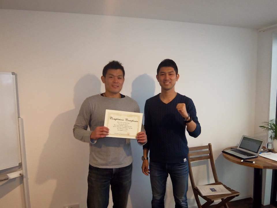 資格取得後に学長の鈴木と記念撮影
