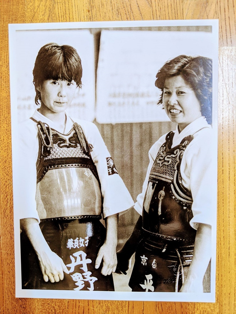高校1年生。初めての試合に出場する橋本さん(左)